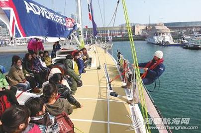 青岛大学,工作人员,大不列颠,帆船运动,实验小学 青岛学生们登上克利伯大帆船与船员一起感受帆船的魅力,船员们手把手传授升帆技巧。 3.png