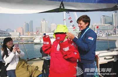 青岛大学,工作人员,大不列颠,帆船运动,实验小学 青岛学生们登上克利伯大帆船与船员一起感受帆船的魅力,船员们手把手传授升帆技巧。 4.png