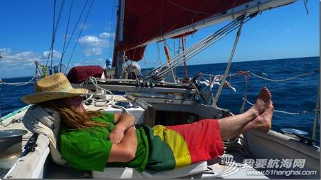 那对驾水泥帆船的欧洲情侣:黄色的船,红色的帆  生死与共的两个人。 6.png