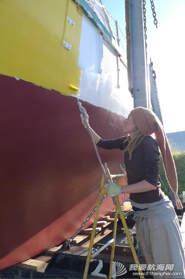 那对驾水泥帆船的欧洲情侣:黄色的船,红色的帆  生死与共的两个人。 9.png