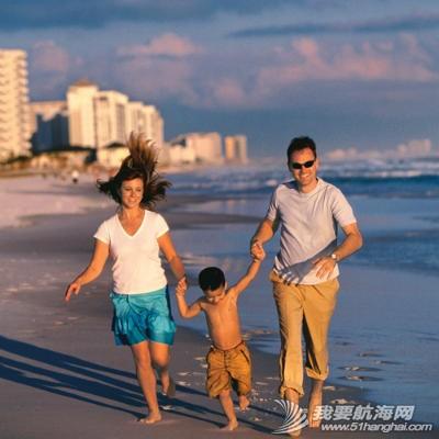 """亲子游,帆船 """"端午""""、""""六一""""帆船亲子游 family-on-beach-l.jpg"""