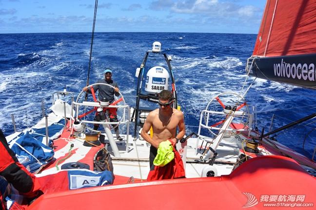 中国船员,东风队船长,大西洋,大自然,实战训练 东风号几乎撞上了一条鲸鱼,遭遇了东风队实战训练以来最危险的时刻。 27.png