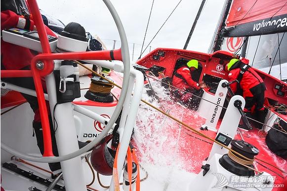 沃尔沃环球帆船赛,大西洋,东风队 东风号再遇险情,差点与急速行驶的集装箱货船迎面相撞。 27.png