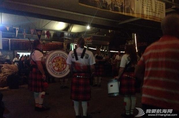 苏格兰,俱乐部,冷兵器,英语,风笛 Geoff夫妇来接我们去Frances bay 的俱乐部参加一年一度的海盗之夜。 23.png