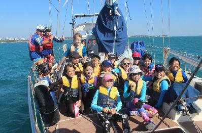 巧克力,小朋友,小孩子,小家伙,人贩子 今天第一期帆船班来参观我家的船,教练Tom 让小朋友们自己驾帆船过来。 36.png