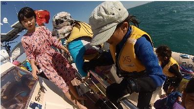 巧克力,小朋友,小孩子,小家伙,人贩子 今天第一期帆船班来参观我家的船,教练Tom 让小朋友们自己驾帆船过来。 38.png