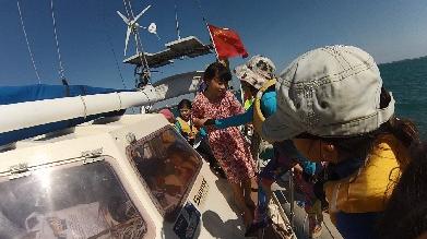 巧克力,小朋友,小孩子,小家伙,人贩子 今天第一期帆船班来参观我家的船,教练Tom 让小朋友们自己驾帆船过来。 39.png