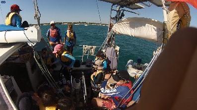 巧克力,小朋友,小孩子,小家伙,人贩子 今天第一期帆船班来参观我家的船,教练Tom 让小朋友们自己驾帆船过来。 41.png