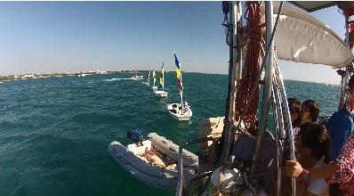 巧克力,小朋友,小孩子,小家伙,人贩子 今天第一期帆船班来参观我家的船,教练Tom 让小朋友们自己驾帆船过来。 43.png