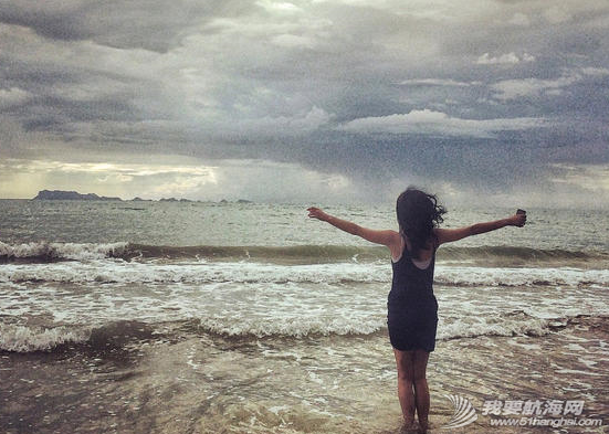 王菲带着李嫣泰国度假晒出一组母女俩扬帆出海的图,十分惬意。 10.png