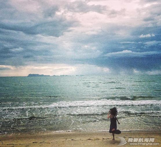 王菲带着李嫣泰国度假晒出一组母女俩扬帆出海的图,十分惬意。 9.png