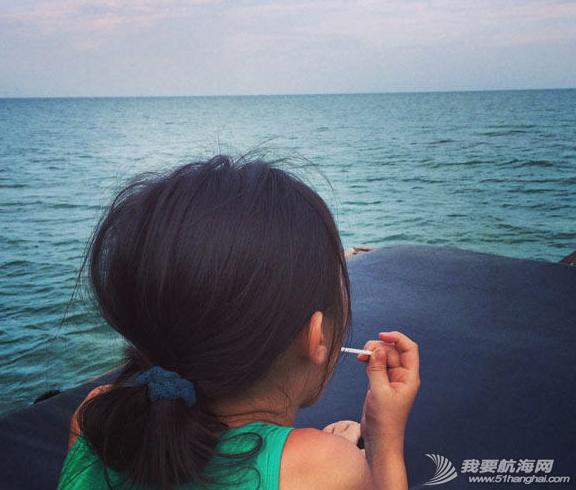 王菲带着李嫣泰国度假晒出一组母女俩扬帆出海的图,十分惬意。 8.png