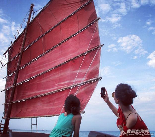 王菲带着李嫣泰国度假晒出一组母女俩扬帆出海的图,十分惬意。 7.png