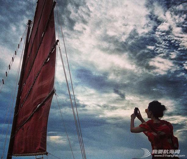 王菲带着李嫣泰国度假晒出一组母女俩扬帆出海的图,十分惬意。 6.png