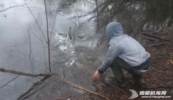 腾讯微博,新浪,YouTube,视频分享,录像机 男子冰冷湖水中救助受困小鸭 0.jpg