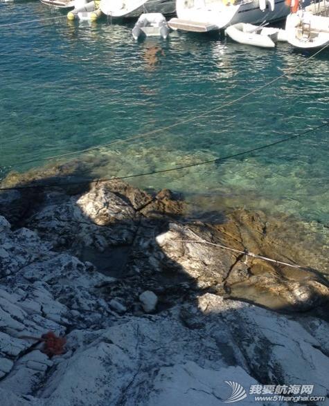 爱情海,泰国,亚洲 爱情海下锚:得先在船头下锚,然后马上背着绳子跳到水里找两个不同方向的岩石定位。 10.png