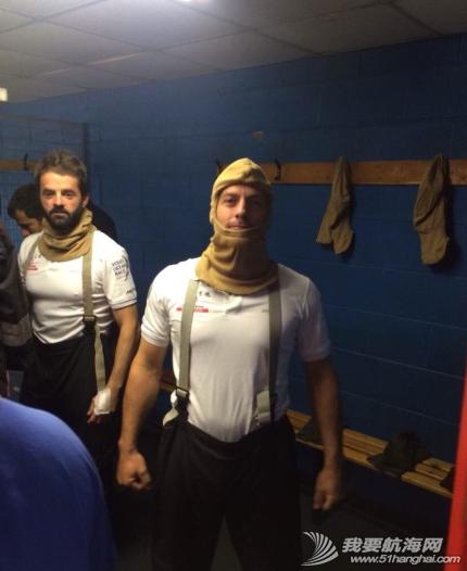 海上生存,求生课程 东风队的小伙子们结束了在英国纽卡斯尔两天紧张的海上生存及求生课程。 1.png