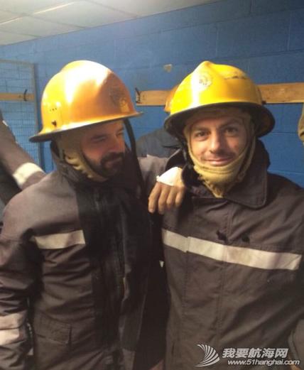 海上生存,求生课程 东风队的小伙子们结束了在英国纽卡斯尔两天紧张的海上生存及求生课程。 3.png