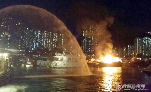 消防员,香港仔,消防船,电线 昨晚,香港仔深湾游艇会附近布厂湾,一艘中式游艇及一艘西式游艇烧毁. 2.png