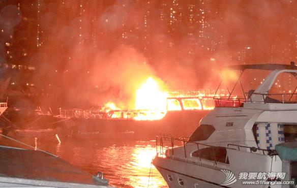 消防员,香港仔,消防船,电线 昨晚,香港仔深湾游艇会附近布厂湾,一艘中式游艇及一艘西式游艇烧毁. 3.png
