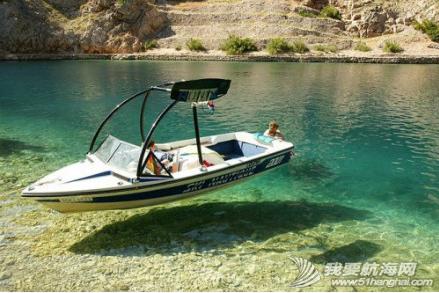 海水清澈得像船漂在空中一样,船像悬空在湖面上。 1.png