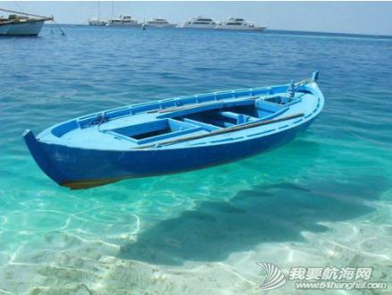 海水清澈得像船漂在空中一样,船像悬空在湖面上。 2.png