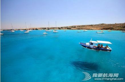 海水清澈得像船漂在空中一样,船像悬空在湖面上。 4.png