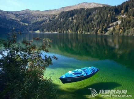 海水清澈得像船漂在空中一样,船像悬空在湖面上。 5.png