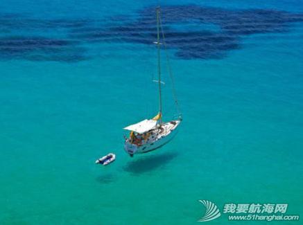 海水清澈得像船漂在空中一样,船像悬空在湖面上。 6.png