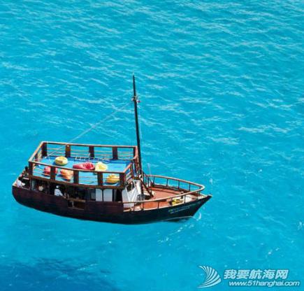 海水清澈得像船漂在空中一样,船像悬空在湖面上。 9.png