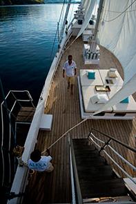 我们小船挂的白色风帆已变成了浅粉红色---帆船上的蜜月 1.png