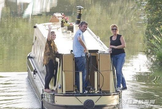 伦敦学校宿费贵 女学生买船自住 3.png