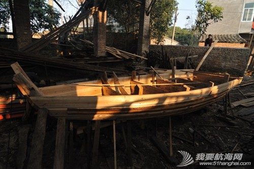 南台二号,游艇码头,香山 2013年11月4日 许路在香山游艇码头检查进水下沉的南台二号。--南台二号 1.jpg
