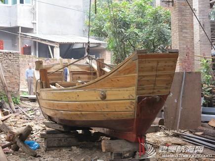 南台二号,游艇码头,香山 2013年11月4日 许路在香山游艇码头检查进水下沉的南台二号。--南台二号 5.jpg