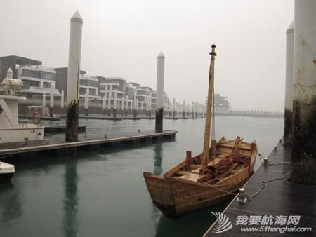 南台二号,游艇码头,香山 2013年11月4日 许路在香山游艇码头检查进水下沉的南台二号。--南台二号 8.jpg