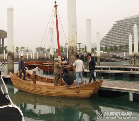 南台二号,游艇码头,香山 2013年11月4日 许路在香山游艇码头检查进水下沉的南台二号。--南台二号 11.jpg