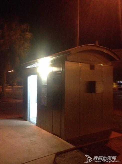 澳大利亚,轻音乐,不锈钢,停车场,卫生间 房车营地黑灯瞎火,最主要的是连厕所都锁了。 就到游客中心门外的停车场过夜。 1.jpg