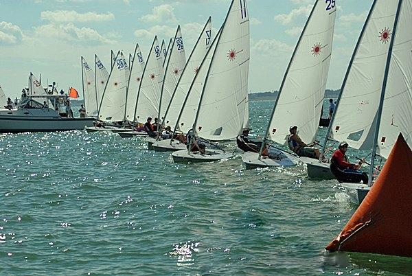 上风 起航线通常是由上风和下风裁判船上的橙色旗杆形成的连线,需要靠我们的目测去判断。 32b.jpg