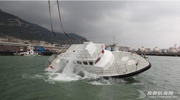 杰腾制造,海上不倒翁,海巡艇 由珠海杰腾造船有限公司建造的高海况救助艇在连云港港口水域成功完成了翻转试验 5.png