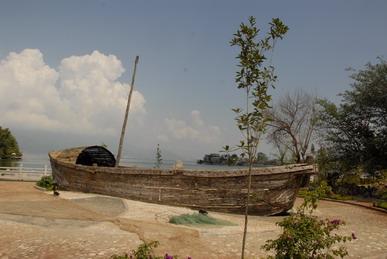 滇船记 11 ---夜宿临水客栈,起早在走廊巡视海面,看到一只比较传统的木制小船。 16.jpg