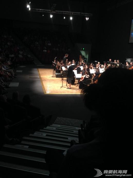 家庭影院,交响乐团,音乐会,小提琴,播音员 人生第一次现场听音乐会,太突然。 1.jpg