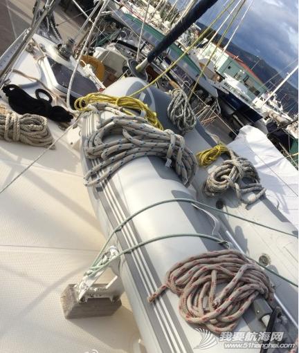这几天我们把桅杆上的绳索都卸下来,给绳索一个泡泡浴。 3.png