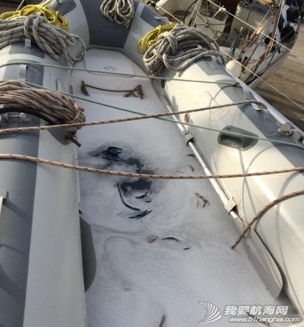 这几天我们把桅杆上的绳索都卸下来,给绳索一个泡泡浴。 1.png