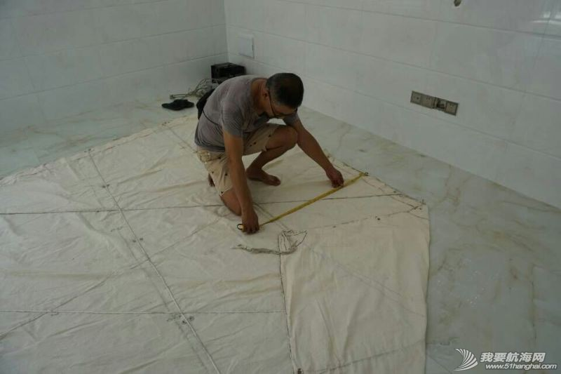 团队成员王铁男在海澄造船作坊对南台II号布帆,进行染帆之前的复核检查与二次测绘。 2.jpg