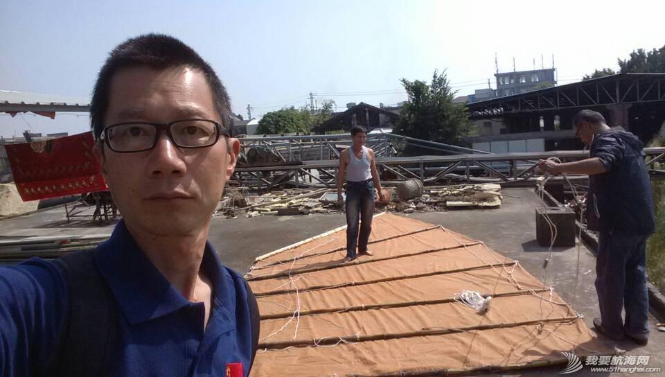 制作 10月29号,许路与团队成员王铁男在海澄造船作坊查看染制作完成的布帆. 3.jpg