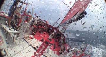 东风队,前帆破损,修补,前帆顶替 远洋帆船比赛风波不断,先是大起大落的马六甲之行,紧接着东风队前帆绳突然崩裂。 1.jpg