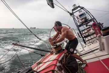 东风队,前帆破损,修补,前帆顶替 远洋帆船比赛风波不断,先是大起大落的马六甲之行,紧接着东风队前帆绳突然崩裂。 3.jpg