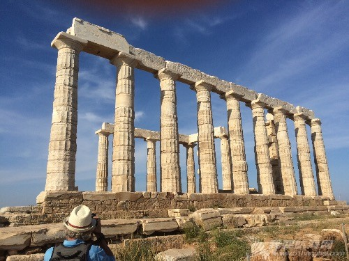 停泊在Temple of Poseidon神庙脚下