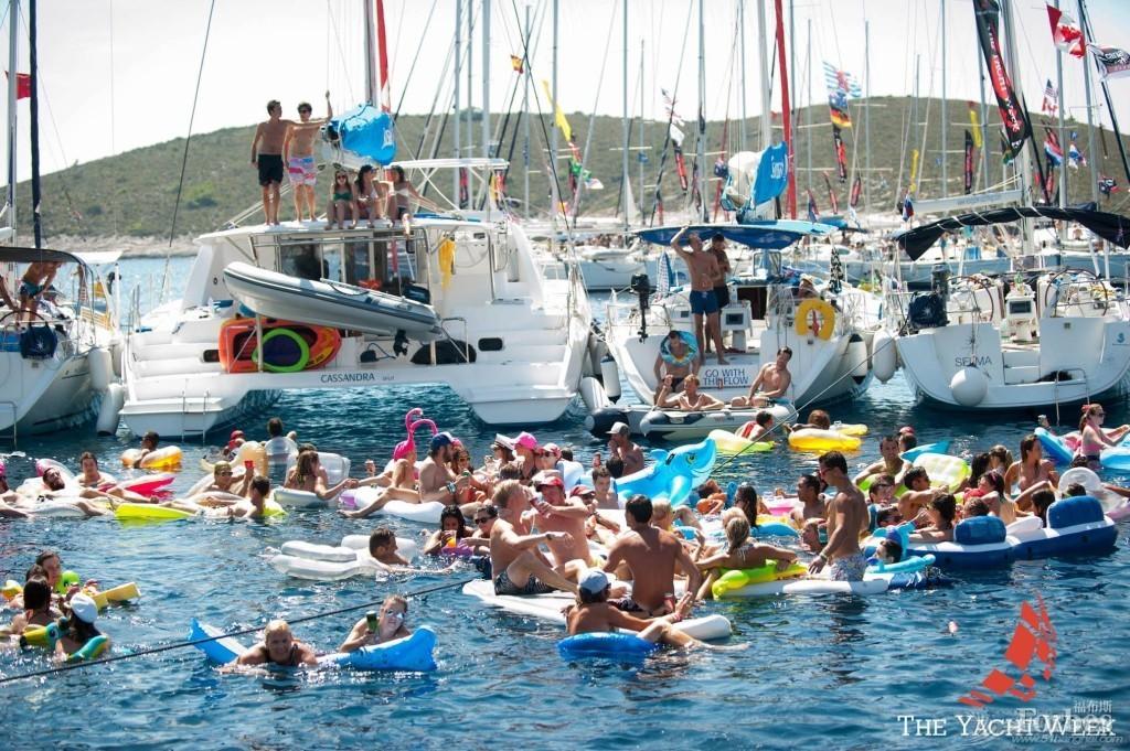 """比基尼,克罗地亚,中国船长,土耳其,地中海 扬帆东地中海——土耳其yachtweek招募""""中国首次""""团员 Yacht-Week-Floaties-1024x6812.jpg"""