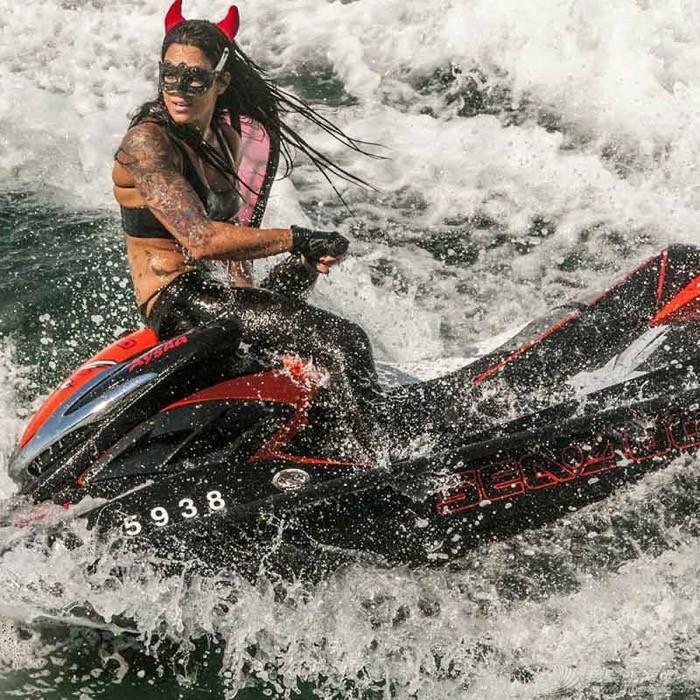 """穿比基尼,水上运动,阳光沙滩,爱好者,救生衣 """"艇""""胸而上 带你浪 7e644a427d54ea4eca199ae19d1b870a.jpg"""